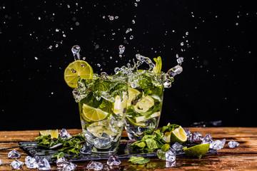 Poster de jardin Eclaboussures d eau Glasses of mojito with splashes