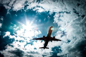 Flugzeug mit blauem Himmel und Sonnenschein