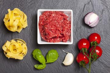 Zutaten für eine Sauce Bolognese auf Schiefer