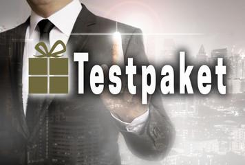 Testpaket wird von Geschäftsmann gezeigt Konzept