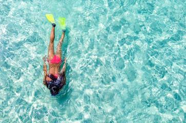 Frau schnorchelt im türkisen Wasser der Malediven