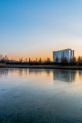 Coucher de soleil sur le lac gelé à Saint Priest