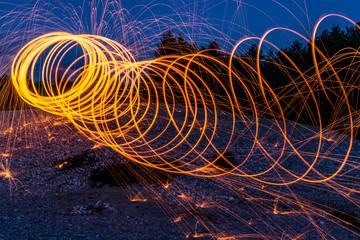 Feuerkreise durchziehen die dunkle Nacht