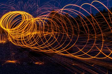 Feuerkreise durchziehen die schwarze Nacht