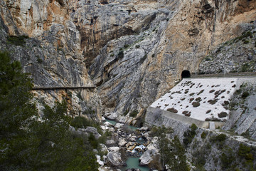 Fototapete - Caminito del Rey, Valle del Hoyo with Guadalhorce river and railway and tunnel through the mountain
