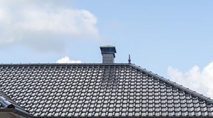 Schornstein auf einem Dach eines Hauses