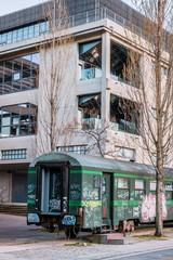 Wagon près de l'ancienne usine dans le quartier de Confluence à Lyon