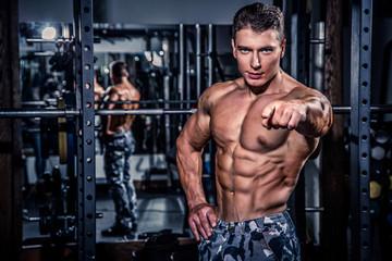 pompowany człowiek robi ćwiczenia na siłowni