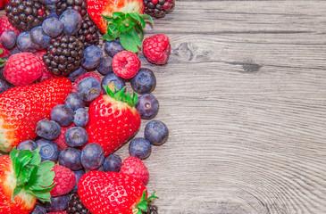 frutti rossi maturi su tavola di legno