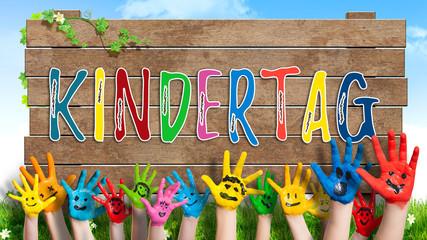 """angemalte Kinderhände Schild mit buntem Wort """"Kindertag"""""""