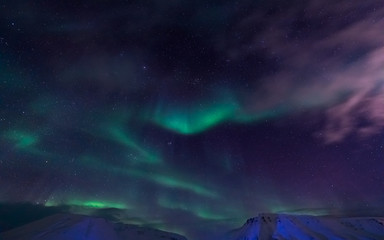 The polar Northern lights in the mountains of Svalbard, Longyearbyen, Spitsbergen, Norway wallpaper