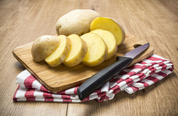Patata cruda en rodajas