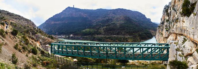 Fototapete - Caminito del Rey and railway bridge, Desfiladero de los Gaitanes, Panorama