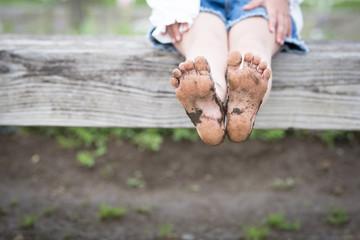 泥が付いた子供の足