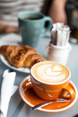 Petit déjeuner cosy cappuccino croissant