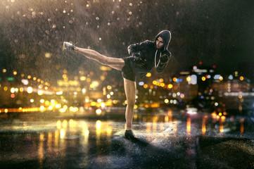 Frau trainiert Selbstverteidigung im Regen