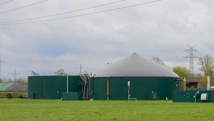 Biogas Anlage vor grauem Himmel