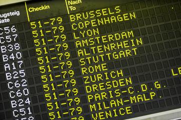 Anzeigetafel am Flughafen Wien Schwechat, Österreich, Niederös