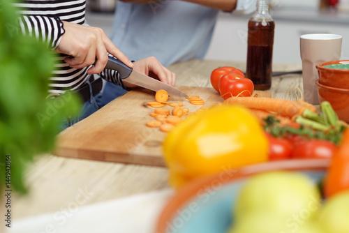 Quotfrau schneidet mohren auf einem holzbrett in der kuche for Holzbrett küche