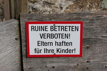 Verbotsschilder in einer Ruine: Betreten verboten