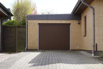 Garage mit einem braunen Tor