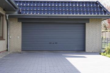 Garage mit grauem Doppeltor