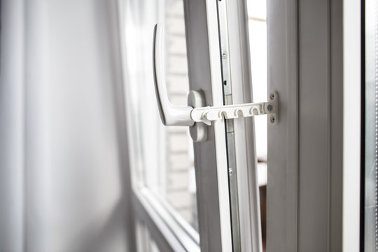 Safe restrictor lock prevents accidental shut the opened window