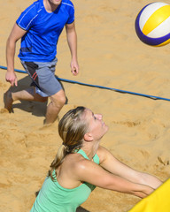 Zusammenspiel beim Beachvolleyball