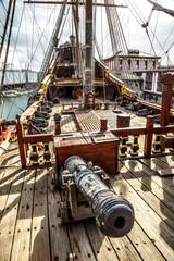 Türaufkleber Schiff Wooden pirate ship in Genova port
