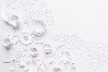 cięcie laserowe, kompozycja kwiatowa z białego papieru kwiat na białym tle