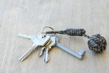 trousseau de clés,isolé,fond bois,concept