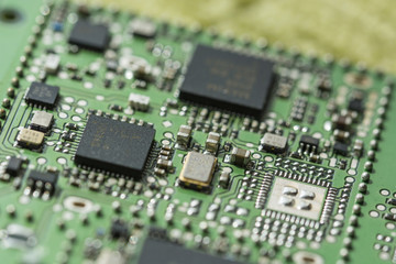 Electronic components and processor on a printed circuit.