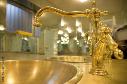 Rubinetti d\'oro arredano un bagno di gran lusso\