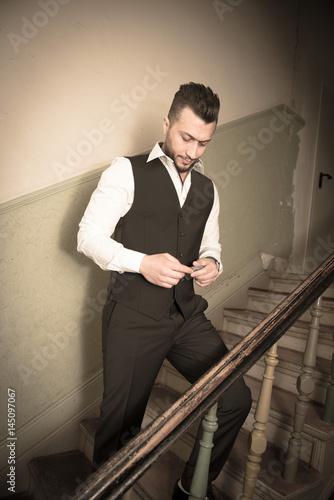 Mann Mit Anzug Vintage Stylisch In Einen Treppenhaus Stock Photo