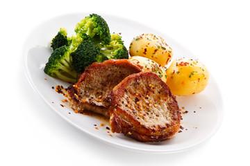 Roast steak with potatoes and broccoli