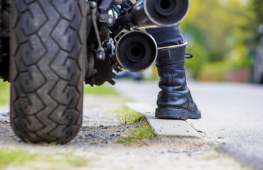 ein Motorradfahrer startet seine Maschine für eine große Tour