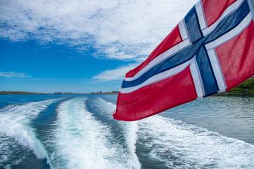 Drapeau norvégien sur un bateau aux îles Lofoten