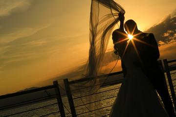 Silhouette di una coppia che si bacia al tramonto