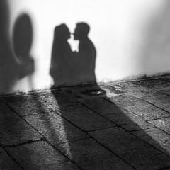 Ombre di una coppia innamorata che si guarda intensamente