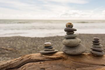 Steine gestapelt am Meer für innere Ruhe und Gelassenheit
