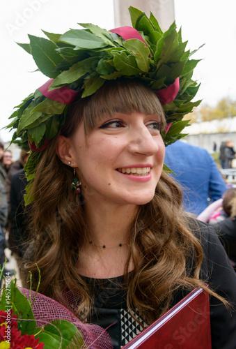 Ragazza Con Corona Dalloro Di Laurea Stock Photo And Royalty Free