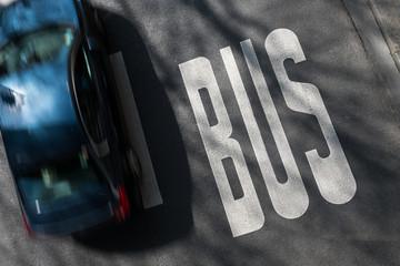 route circulation circuler voie bus transport voiture automobile ville zone urbaine rue goudron vitesse excès rouler réserver respecter code de la route améliorer priorité car Wall mural