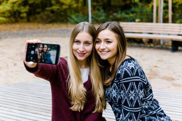 Freundinnen machen Selfie