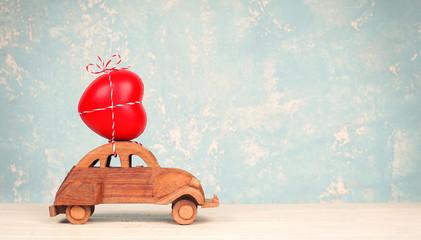 selbstgebasteltes Auto aus Holz mit Herz - Reiseplanung