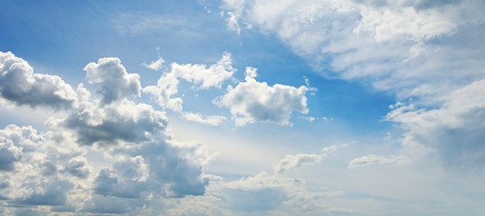 Wall Mural - white fluffy clouds ob beautiful sky