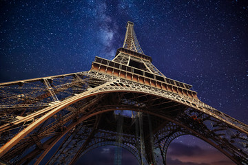 Foto auf Leinwand Historische denkmal The Eiffel Tower at night in Paris, France