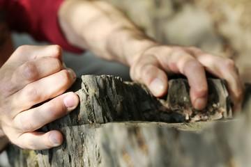 Hände eines Kletterers am schwierigen Fels