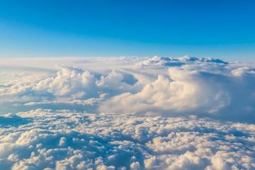 Widok z samolotu na chmury