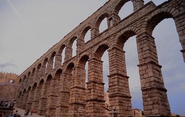 acueducto de Segovia tras 2000 años de existencia y construido sin argamasa ni cemento, véanse las hendiduras en las piedras para izarlas.