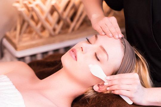 Esthéticienne,appliquant une crème de soin de peau